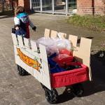 Der Ultrasport Bollerwagen als Bagagewagen im Kölner Karneval