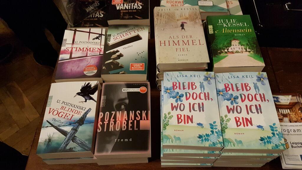 """Der Büchertisch der """"Leipzig liest - Ladies Night"""" (2919) mit Lisa Keils Debüt und den aktuellen Büchern von Ursula Poznanski und Vea Kaiser."""